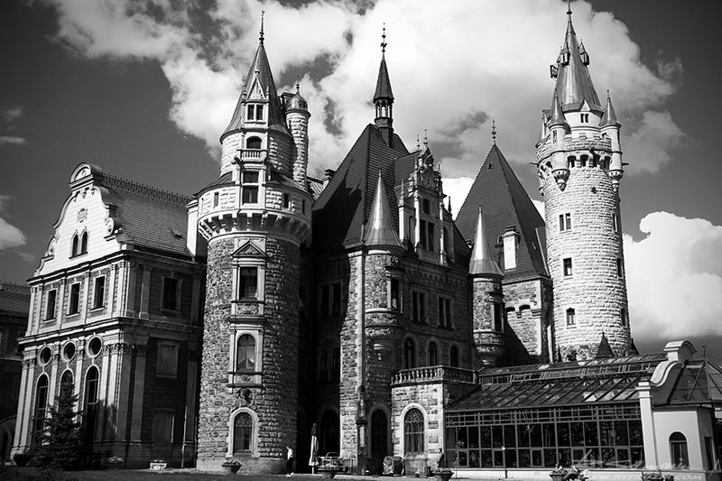 Zamek Moszna. Zamek poddano remontowi w 2009 roku, ale już wkrótce państwowa placówka lecznicza stanie się luksusowym hotelem.